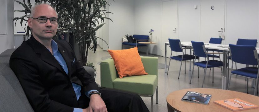Elinar's CEO Mikko Hörkkö sitting in a couch in Elinar's office