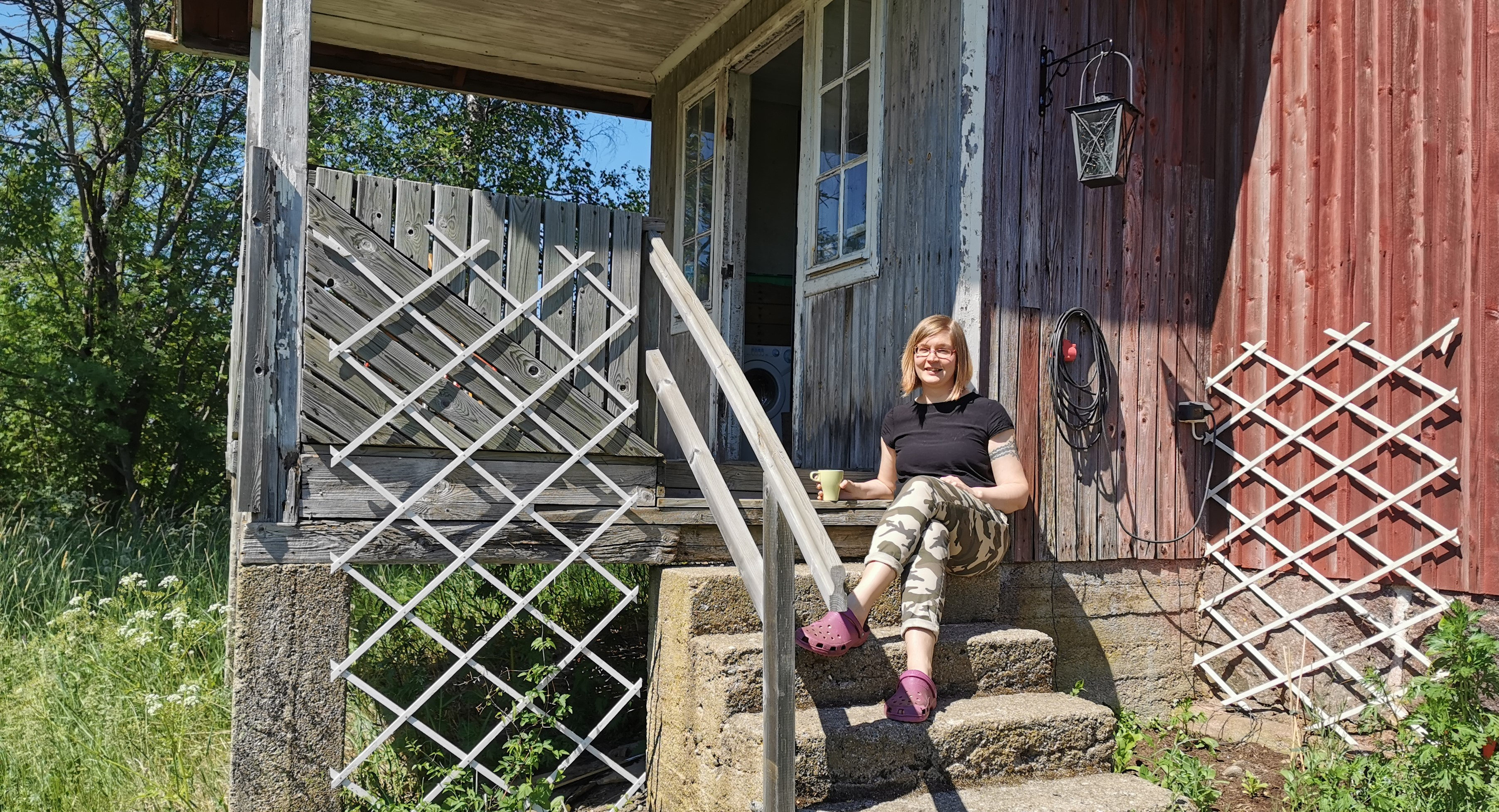 Elinar's Junior Software Developer Saana Lukka sitting on her porch